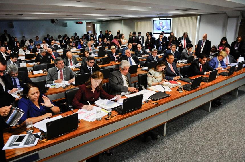 Comissões de Constituição, Justiça e Cidadania (CCJ) realiza reunião sobre a proposta de emenda à Constituição que estabelece um teto para os gastos públicos pelos próximos 20 anos (PEC 55/2016).    À bancada: senadora Fátima Bezerra (PT-RN); senadora Gleisi Hoffmann (PT-PR); senador Roberto Requião (PMDB-PR); senadora Vanessa Grazziotin (PCdoB-AM); senador Edison Lobão (PMDB-MA);  senador Ricardo Ferraço (PSDB-ES); senadora Ana Amélia (PP-RS); senador Aloysio Nunes Ferreira (PSDB-SP)  Foto: Marcos Oliveira/Agência Senado