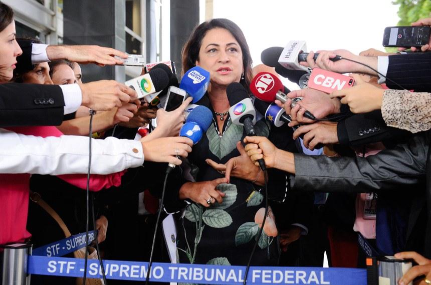 Senadora Kátia Abreu (PMDB-TO) concede entrevista na saida  do STF.   Foto: Marcos Oliveira/Agência Senado