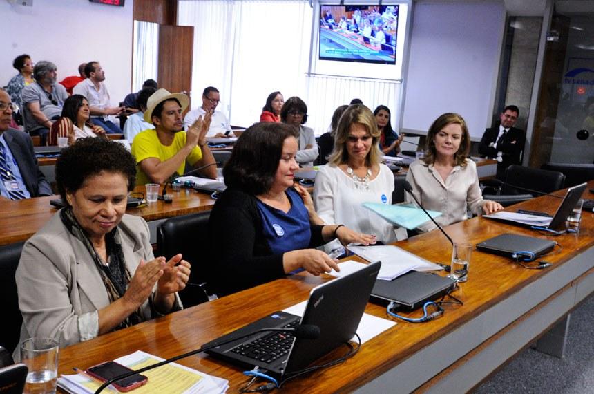Comissão de Educação, Cultura e Esporte (CE) realiza audiência pública interativa para debater o programa Escola sem Partido. Entre os convidados, a subprocuradora-geral da República, Deborah Duprat Pereira; professores da Unicamp e da UFF; e as presidentes da UNE e Ubes.  Participam: senadora Gleisi Hoffmann (PT-PR);  senadora Regina Sousa (PT-PI).  Foto: Edilson Rodrigues/Agência Senado