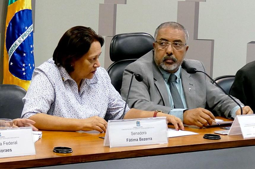 Fátima Bezerra e Paulo Paim propuseram, juntamente com Regina Sousa, debate sobre a violência contra gays, lésbicas, travestis e transgêneros (Roque de Sá/Agência Senado)