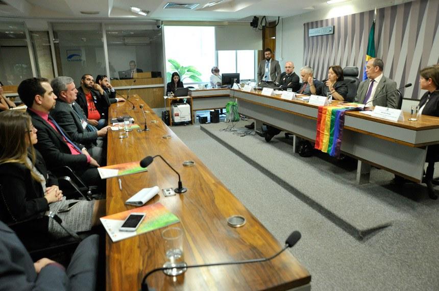 """Comissão de Direitos Humanos e Legislação Participativa (CDH) realiza audiência pública para debater sobre: """"O combate à violência contra - Lésbicas, Gays, Bissexuais, Transgêneros, Transexuais, e Simpatizantes - LGBTTS"""".   Participam: diretor de Políticas de Educação em Direitos Humanos e Cidadania, da Secretaria de Educação Continuada, Alfabetização, Diversidade e Inclusão do Ministério da Educação, Daniel de Aquino Ximenes;  presidente eventual da CDH, senadora Fátima Bezerra (PT-RN);  coordenador da Pesquisa Nacional sobre o Ambiente Educacional no Brasil 2016 e secretário de Educação da Associação Brasileira de Lésbicas, Gays, Bissexuais, Transexuais e Travestis (ABLGT), Toni Reis;  oficial de Projetos do Setor de Educação da Organização das Nações Unidas para a Educação, Ciência e Cultura (Unesco), Mariana Braga.  Foto: Geraldo Magela/Agência Senado"""