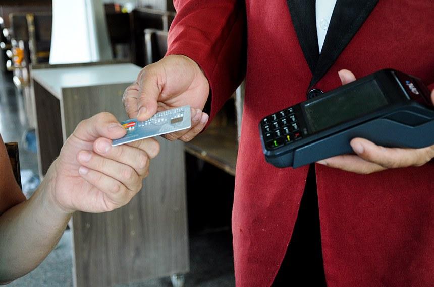 PLC 139/2015 - Torna obrigatória a disponibilização aos clientes, a ser feita pelas operadoras de cartões de crédito ou de débito, de fatura específica para gorjeta, em bares, restaurantes, hotéis e assemelhados. Estabelece que a Lei entra em vigor após decorridos seis meses de sua publicação.    Foto: Pillar Pedreira/Agência Senado