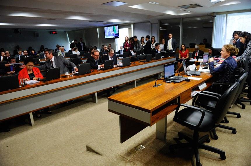 Comissão de Assuntos Econômicos (CAE) realiza reunião deliberativa com 20 itens na pauta. Entre eles, o PLS 51/2016, que inclui Mato Grosso e parte do Maranhão na zona de aplicação do FNO, e o PLS 588/2015, que tributa lucros e dividendos de pessoas jurídicas.   À mesa, a presidente da CAE, senadora Gleisi Hoffmann (PT-PR).   Foto: Marcos Oliveira/Agência Senado