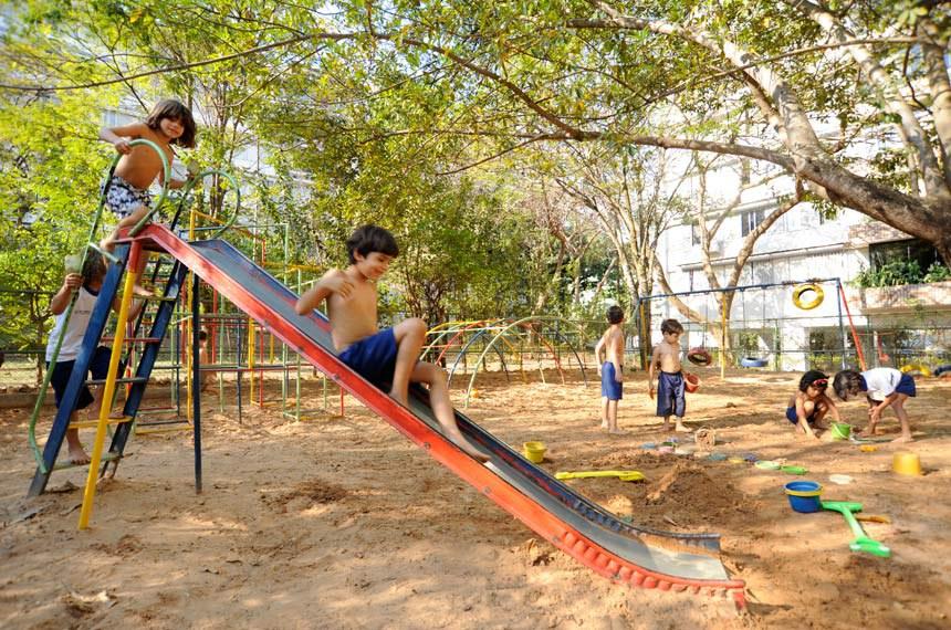 Crianças da Escola Parque 303/304 Norte brincam no parquinho.