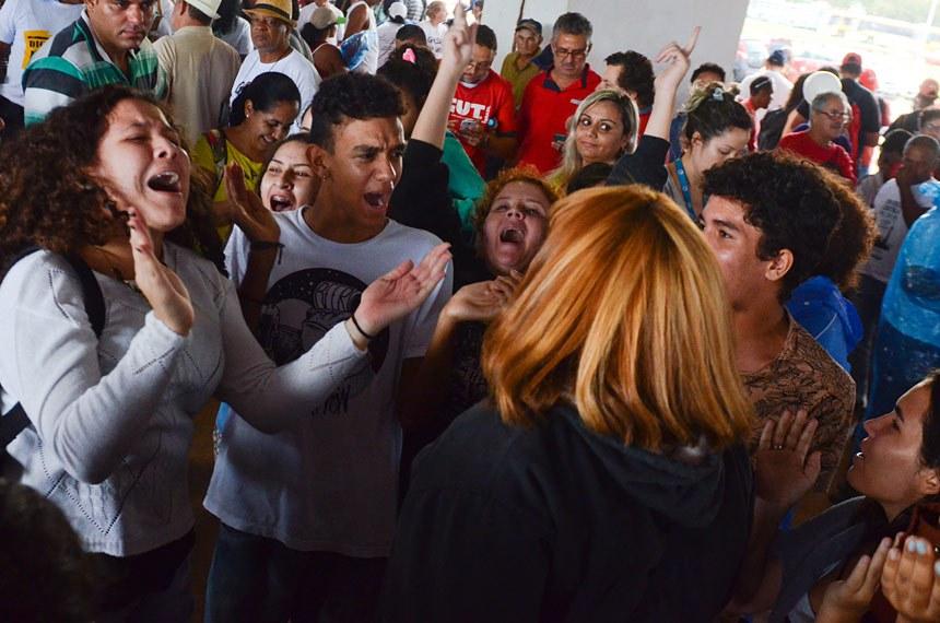 Manifestantes contra a votação da PEC 55/2016 se dirigem ao Congresso Nacional.  Foto: Ana Volpe/Agência Senado