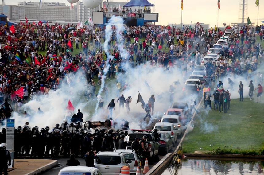 Manifestação contra a PEC do Teto de Gastos em frente ao Congresso terminou em confronto com a polícia