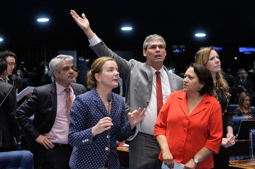 Os senadores Humberto Costa (PT-PE), Gleisi Hoffmann (PT-PR), Lindbergh Farias (PT-RJ), Fátima Bezerra (PT-RN) e Vanessa Grazziotin (PCdoB-AM) se manifestaram contra a PEC do Teto de Gastos