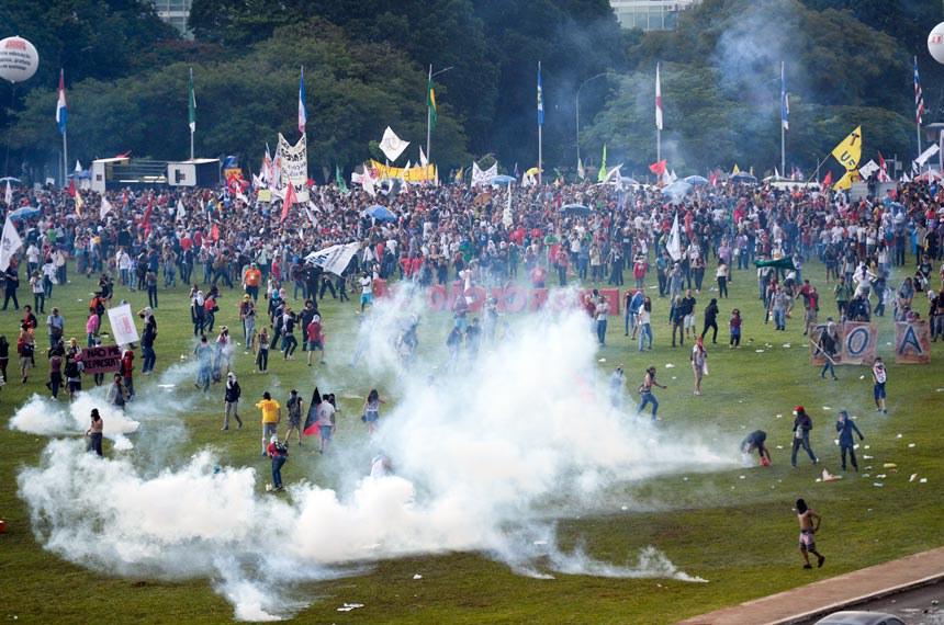Manifestação contra PEC do Teto de Gastos em frente ao Congresso foi dispersa pela polícia com gás lacrimogêneo