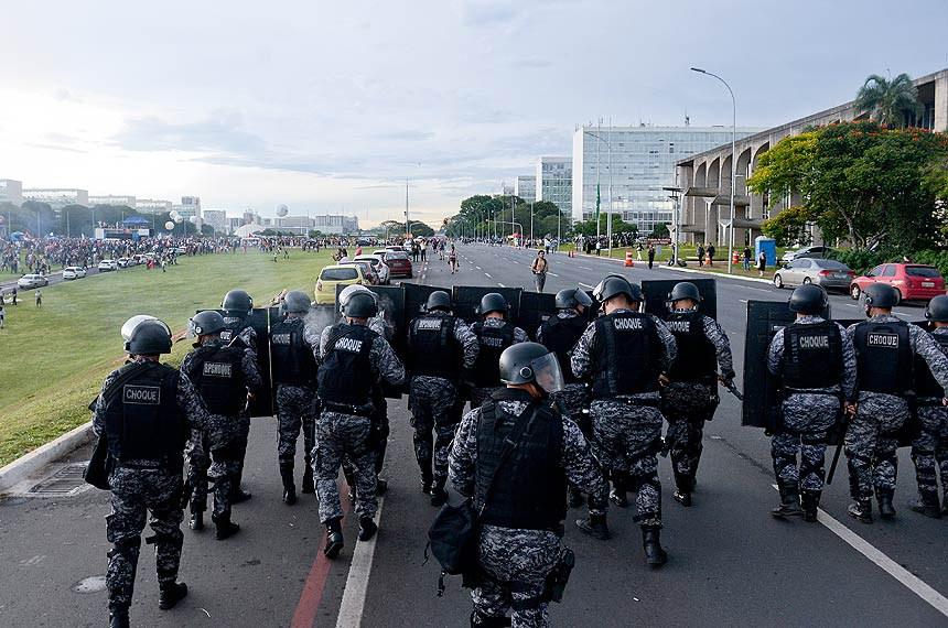 Tropa de choque da polícia militar na Esplanada dos Ministérios, durante confronto com manifestantes