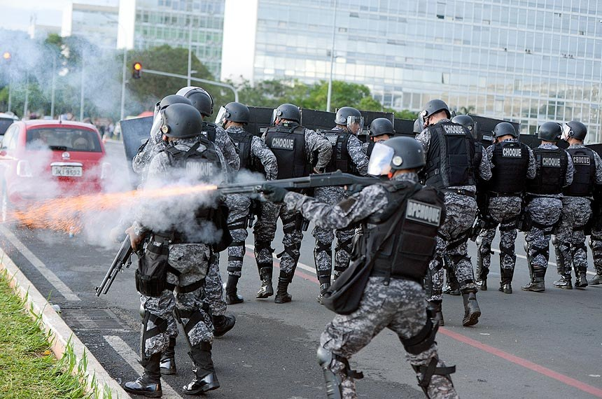 Policial atira com bala de borracha contra manifestantes em frente ao Congresso