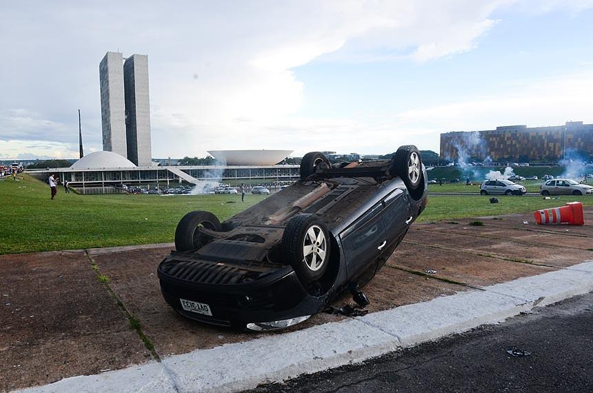 Carro foi virado durante manifestação contra a PEC do Teto de Gastos