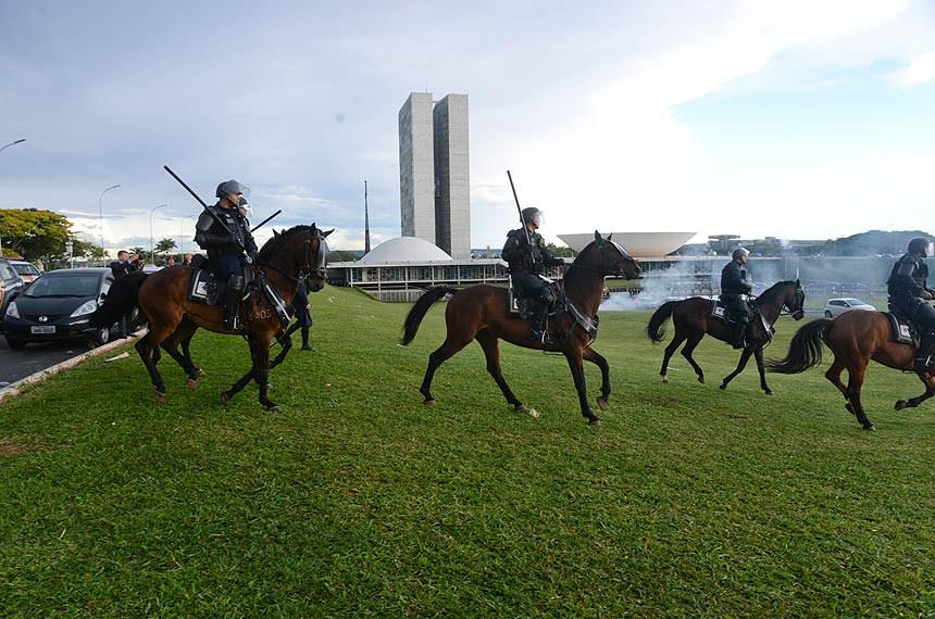 Policiais a cavalo dispersam manifestação contrária à PEC do Teto de Gastos em frente ao Congresso