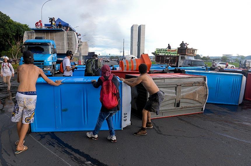 Manifestantes formam barricada com banheiros químicos na Esplanada dos Ministérios