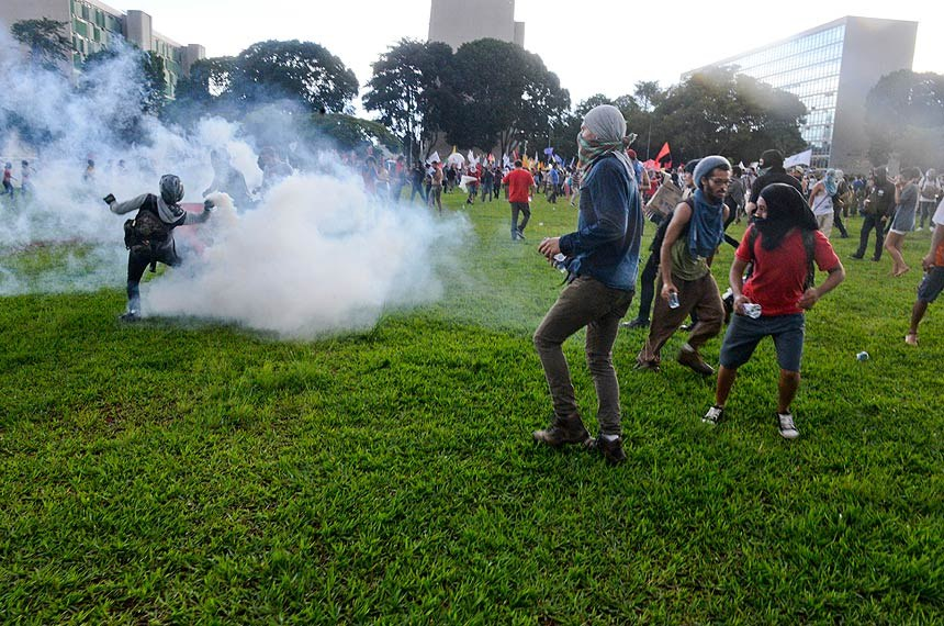 Manifestantes fazem ato contra a votação da PEC 55/2016 em frente ao Congresso Nacional.  Foto: Jefferson Rudy/Agência Senado