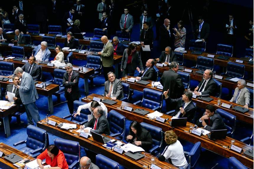 Plenário do Senado Federal durante sessão deliberativa ordinária.   Bancada: senador Armando Monteiro (PTB-PE);  senador Cristovam Buarque (PDT-DF);  senador Elmano Férrer (PTB-PI);  senador Fernando Bezerra Coelho (PSB-PE);  senador Humberto Costa (PT-PE);  senador Hélio José (PMDB-DF);  senador José Pimentel (PT-CE);  senador Roberto Requião (PMDB-PR);  senador Ronaldo Caiado (DEM-GO);  senador Waldemir Moka (PMDB-MS);  senadora Fátima Bezerra (PT-RN);  senadora Lúcia Vânia (PSB-GO);  senadora Rose de Freitas (PMDB-ES);  senadora Simone Tebet (PMDB-MS).  Foto: Roque de Sá/Agência Senado