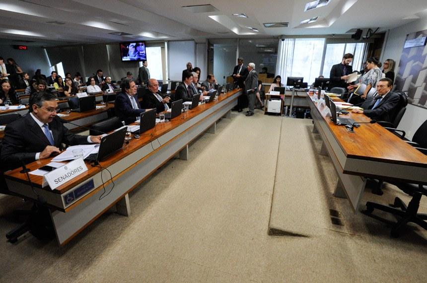 Comissão de Assuntos Sociais (CAS) realiza reunião interativa para debater a gravidade da situação da diabetes entre a população brasileira, com a participação de especialistas da área.  Presidente da CAS, senador Edison Lobão (PMDB-MA) à mesa.  Foto: Edilson Rodrigues/Agência Senado