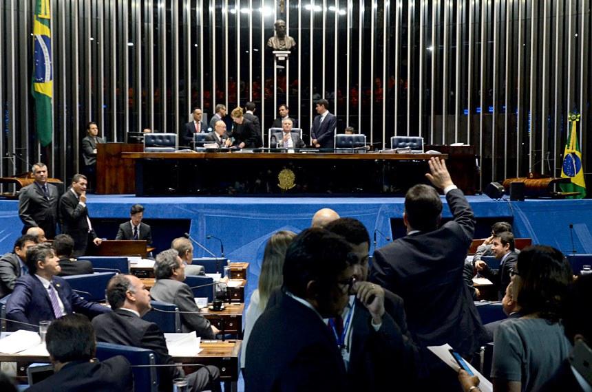 Plenário do Senado durante sessão deliberativa ordinária.  Mesa: senador João Alberto Souza (PMDB-MA);  presidente do Senado Federal senador Renan Calheiros (PMDB-AL);  senadora Gleisi Hoffmann (PT-PR).  Foto: Ana Volpe/Agência Senado