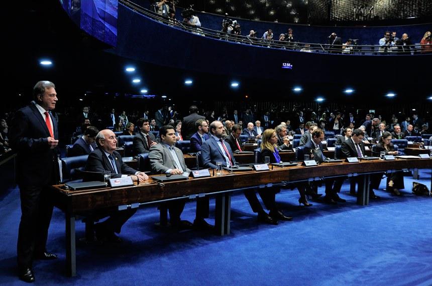 Plenário do Senado Federal durante segunda sessão de debates temáticos destinada a discutir o Projeto de Lei do Senado nº 280, de 2016, que define os crimes de abuso de autoridade.  Bancada (E/D): senador Alvaro Dias (PV-PR);  senador Flexa Ribeiro (PSDB-PA); senador Davi Alcolumbre (DEM-AP).  Foto: Geraldo Magela/Agência Senado