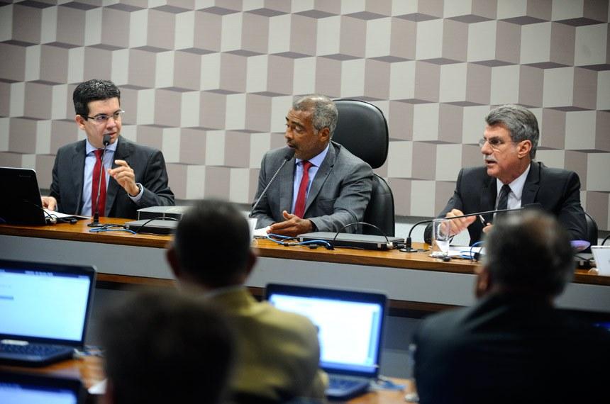 Comissão Parlamentar de Inquérito destinada a investigar a Confederação Brasileira de Futebol (CBF) e o Comitê Organizador Local da Copa do Mundo FIFA Brasil 2014 (COL) realiza reunião para relatório final.   Mesa (E/D):  senador Randolfe Rodrigues (Rede-AP);  presidente da CPIDFDQ, senador Romário (PSB-RJ);  relator da CPIDFDQ, senador Romero Jucá (PMDB-RR)   Foto: Marcos Oliveira/Agência Senado