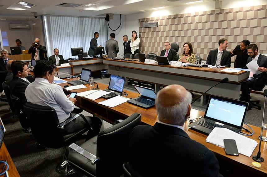 Comissão Especial do Extrateto (CTETO) realiza audiência pública para apreciação do relatório final.  Mesa (E/D): vice-presidente da CTETO, senador Antonio Anastasia (PSDB-MG);  relatora da CTETO, senadora Kátia Abreu (PMDB-TO).  Bancada: senador Lasier Martins (PDT-RS); senador Magno Malta (PR-ES); senador Reguffe (sem partido-DF); senador José Pimentel (PT-CE);    senador Humberto Costa (PT-PE).  Foto: Jefferson Rudy/Agência Senado