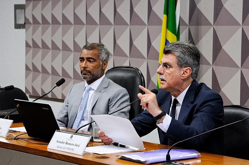 CPI do Futebol (CPIDFDQ) realiza reunião para discussão e votação do relatório final.  Mesa (E/D): presidente da CPIDFDQ, senador Romário (PSB-RJ); relator da CPIDFDQ, senador Romero Jucá (PMDB-RR).  Foto: Edilson Rodrigues/Agência Senado