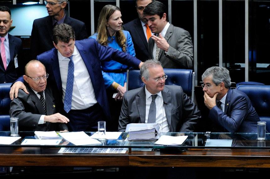 Plenário do Senado Federal durante sessão deliberativa extraordinária.   Pauta: votação da PEC 55/2016 (PEC do Teto de Gastos).   Participam: senador João Alberto Souza (PMDB-MA); senadora Vanessa Grazziotin (PCdoB-AM);  presidente do Senado, senador Renan Calheiros (PMDB-AL);  senador Jorge Viana (PT-AC).   Foto: Edilson Rodrigues/Agência Senado