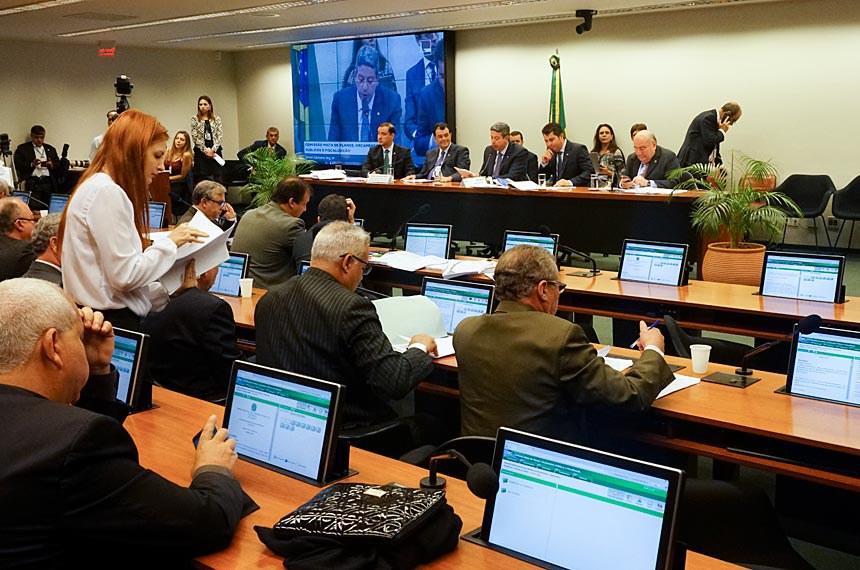 Comissão Mista de Planos, Orçamentos Públicos e Fiscalização (CMO) realiza reunião extraordinária para  apreciação do PLN 18/2016, que estima receita e fixa despesa da União para 2017.Participam:deputado Vicentinho Júnior (PR-TO);senador Eduardo Braga (PMDB-AM);senador Flexa Ribeiro (PSDB-PA);presidente da CMO, deputado Arthur Lira (PP-AL).Foto: Pillar Pedreira/Agência Senado