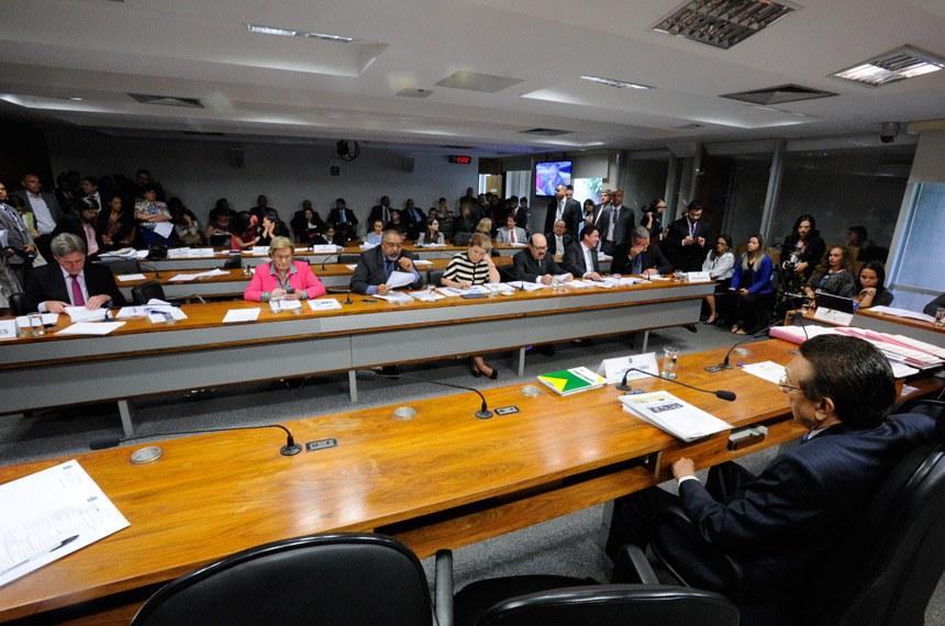 Comissão de Assuntos Sociais (CAS) realiza reunião para  Avaliação de Política Pública; logo após, deliberativa com 9 itens. Entre eles, o PLC 5/2016, que dispõe sobre a obrigatoriedade da cirurgia plástica reparadora da mama pelo SUS.   Presidente do CAS, senador Edison Lobão (PMDB-MA) à mesa.  Foto: Edilson Rodrigues/Agência Senado