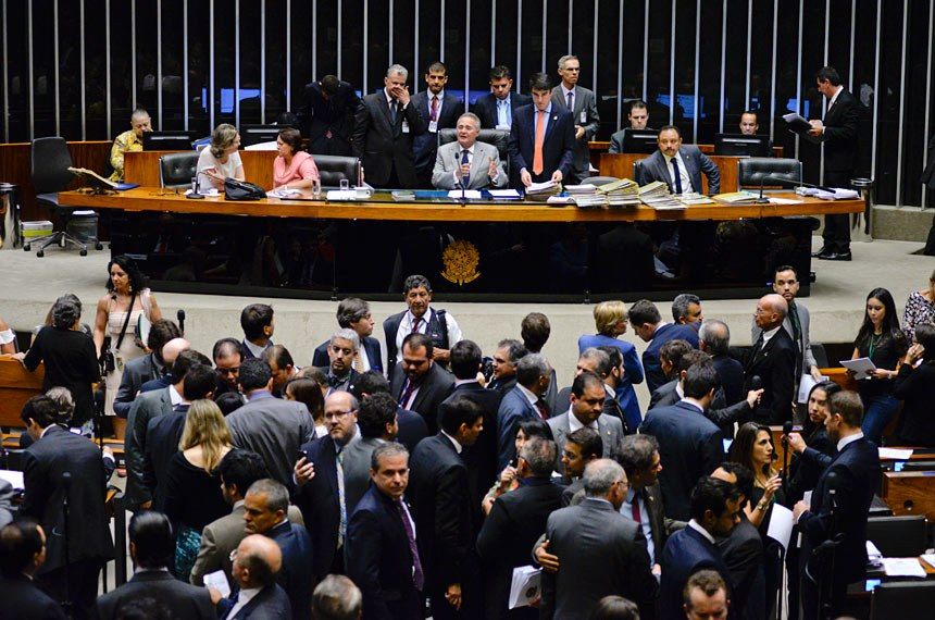 Plenário da Câmara dos Deputados durante sessão conjunta do Congresso Nacional para continuação de apreciação de vetos e projetos de lei.  Mesa (E/D): deputada Maria do Rosário (PT-RS); senadora Fátima Bezerra (PT-RN); presidente do Senado Federal, senador Renan Calheiros (PMDB-AL); secretário-geral da Mesa, Luiz Fernado Bandeira de Mello Filho; deputado Waldir Maranhão (PP-MA); senador Romero Jucá (PMDB-RR).  Foto: Jefferson Rudy/Agência Senado