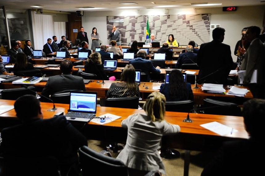 Comissão Especial do Desenvolvimento Nacional (CEDN) realiza reunião para discussão de dois Projetos de Lei: PLS 559/2013 (institui normas para licitações e contratos públicos) e PLS 52/2013 (dispõe sobre a gestão, a organização e o controle social das agências reguladoras).    Mesa (E/D): presidente da CEDN, senador Otto Alencar (PSD-BA);  senadora Simone Tebet (PMDB-MS).  Foto: Marcos Oliveira/Agência Senado