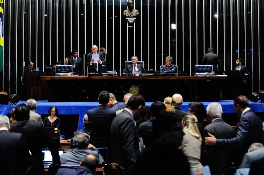 Plenário do Senado durante sessão deliberativa extraordinária.  Mesa: senador João Alberto Souza (PMDB-MA) presidente do Senado Federal senador Renan Calheiros (PMDB-AL);  senador Jorge Viana (PT-AC).  Foto: Jonas Pereira/Agência Senado