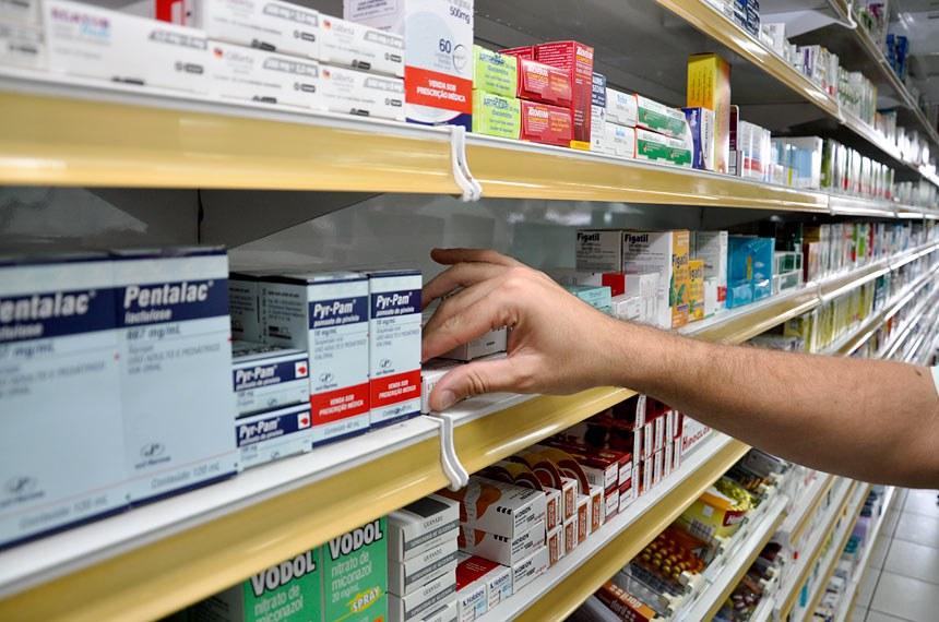 Drogarias e farmácias localizadas na CLS 102 - Rua das Farmácias Comercio Local Sul, Brasília, DF.