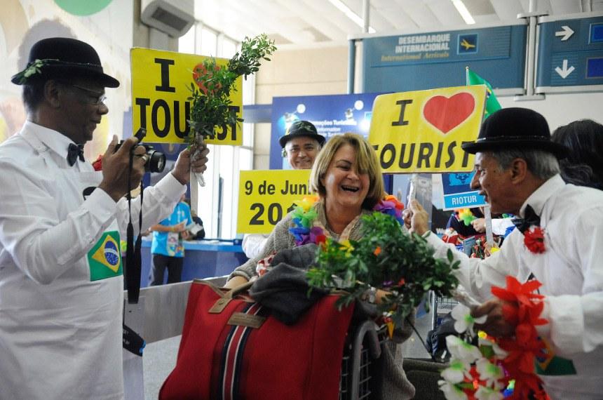 Parcial do Aeroporto Internacional do Galeão.  Os turistas estrangeiros que desembarcaram no terminal 2 do Aeroporto Internacional Galeão/Tom Jobim e são recepcionados com festa e cartazes de boas vindas em vários idiomas. 09/06/2014.