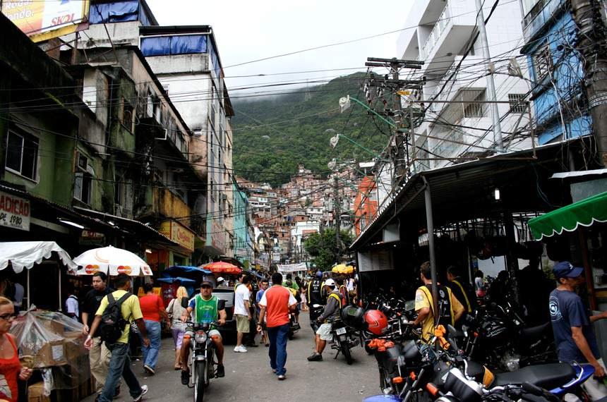 Comércio em rua movimentada na favela da Rocinha.