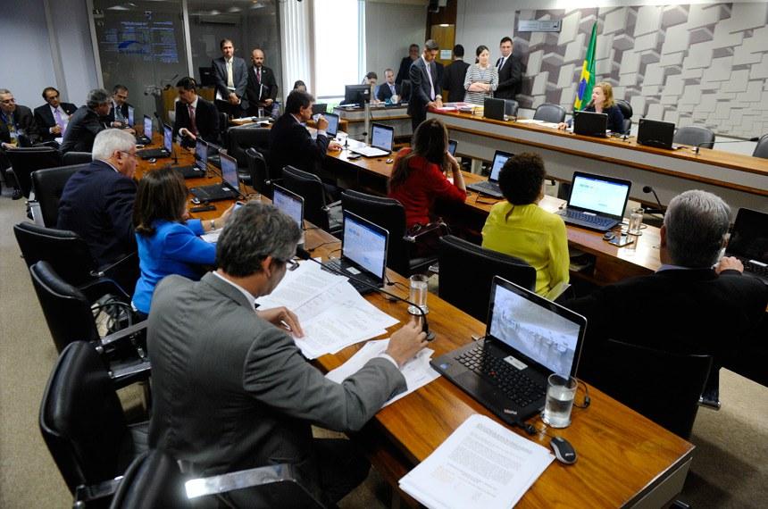 Comissão de Assuntos Econômicos (CAE) realiza reunião deliberativa  com 14 itens. Entre eles, o PLS 51/2016, que inclui na zona de aplicação do FNO o Mato Grosso e parte do Maranhão.  Em pronunciamento, presidente da CAE,  senadora Gleisi Hoffmann (PT-PR) à mesa.  Foto: Marcos Oliveira/Agência Senado