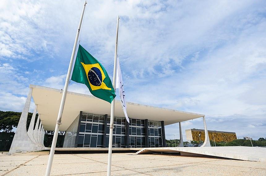 Brasília - Bandeiras em frente ao Supremo Tribunal Federal são hasteadas a meio mastro em sinal de luto pela morte do ministro Teori Zavascki (Marcelo Camargo/Agência Brasil)