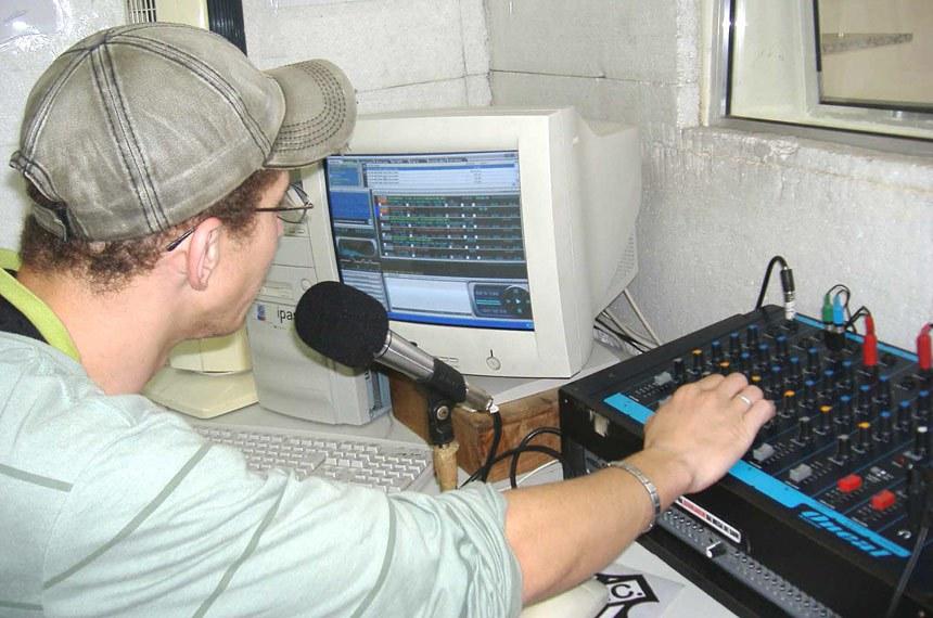 Rádio Objetiva 87, 9 FM: rádio comunitária situada no bairro Francisco Bernardino, em Juiz de Fora-ES.   A Objetiva é uma das três rádios comunitárias autorizadas pelo Ministério das Comunicações para funcionar em Juiz de Fora.