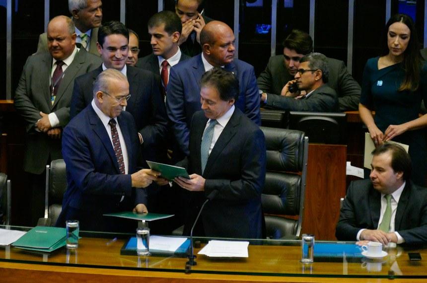 Chefe da Casa Civil, o ministro Eliseu Padilha entrega a mensagem de Temer ao presidente do Senado, Eunício Oliveira