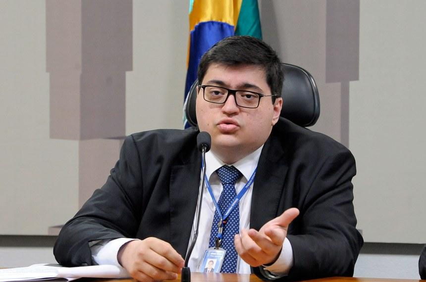O diretor-executivo da IFI, Felipe Salto, afirmou que apenas aplicar a Emenda do Teto dos Gastos Públicos (EC 95/2016) não será suficiente para retirar o país do vermelho