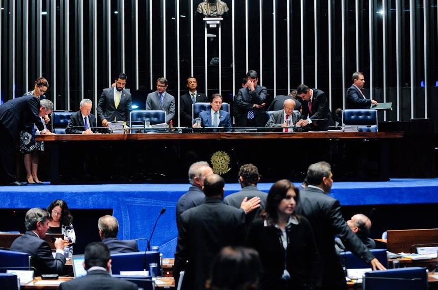 Plenário do Senado durante sessão deliberativa ordinária. Ordem do dia.  Mesa(E/D): senador Benedito de Lira (PP-AL); presidente do Senado, senador Eunício Oliveira (PMDB-CE);  primeiro-secretário, senador José Pimentel (PT-CE).   Foto: Jonas Pereira/Agência Senado