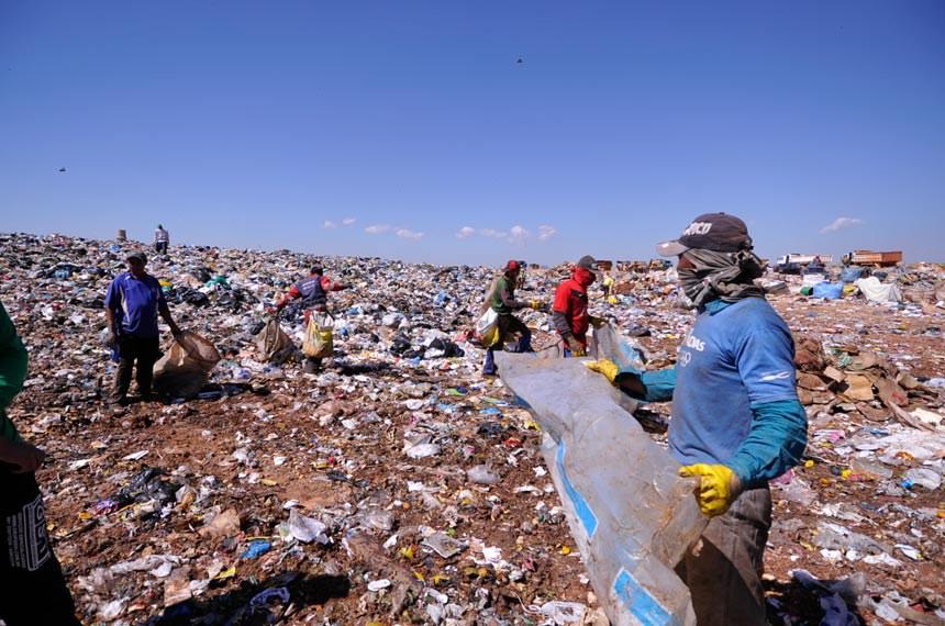 Catadores de materiais recicláveis disputam espaço entre tratores e caminhões no lixão da Cidade Estrutural em Brasília chamado tecnicamente de Aterro Controlado.