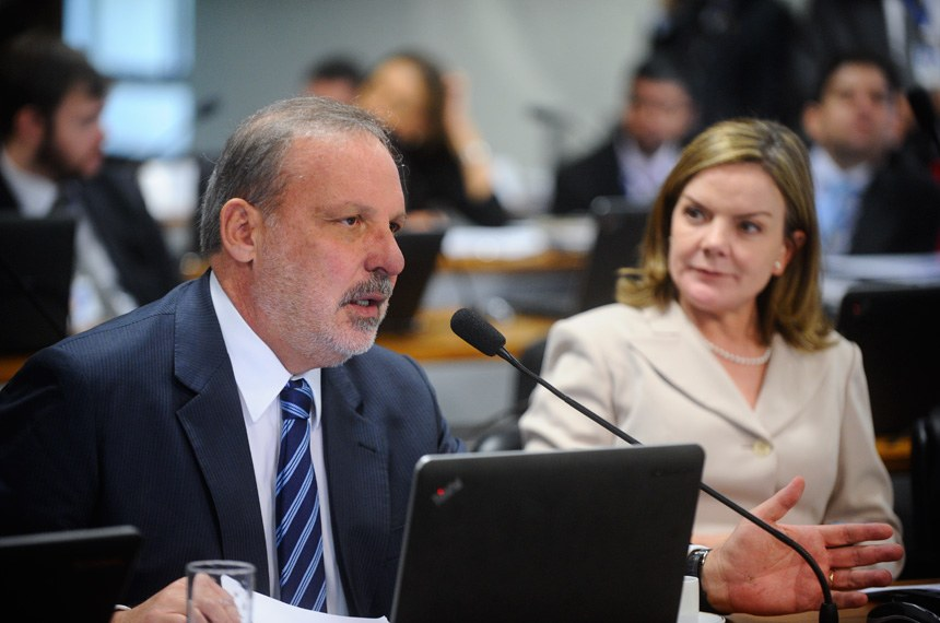 Comissão de Constituição, Justiça e Cidadania (CCJ) realiza reunião deliberativa com 28 itens na pauta. Entre eles, o PLS 620/2015, que disciplina o processo de licenciamento de parques e áreas aquícolas de pequeno porte, e a PEC 125/2015, que fixa critérios para escolha do Advogado-Geral da União e o procedimento para a sua nomeação.  (E/D): senador Armando Monteiro (PTB-PE), em pronunciamento; senadora Gleisi Hoffmann (PT-PR).   Foto: Marcos Oliveira/Agência Senado
