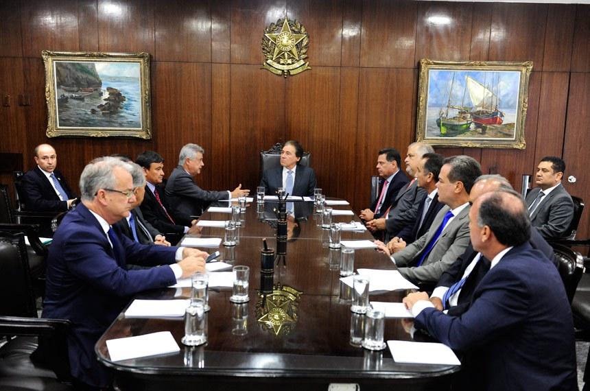O presidente do Senado, Eunício Oliveira, recebeu a pauta de prioridades dos governadores, que integram um fórum permanente