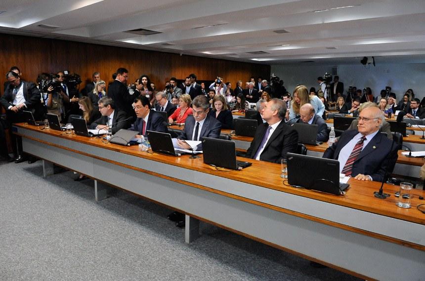 Comissão de Constituição, Justiça e Cidadania (CCJ) realiza reunião para apreciação da indicação de Alexandre de Moraes para exercer o cargo de Ministro do Supremo Tribunal Federal (STF).  Bancada: senador Lasier Martins (PSD-RS);  senador Lindbergh Farias (PT-RJ);  senador Renan Calheiros (PMDB-AL);  senador Romero Jucá (PMDB-RR);  senadora Vanessa Grazziotin (PCdoB-AM); senador Eduardo Braga (PMDB-AM).  Foto: Pedro França/Agência Senado