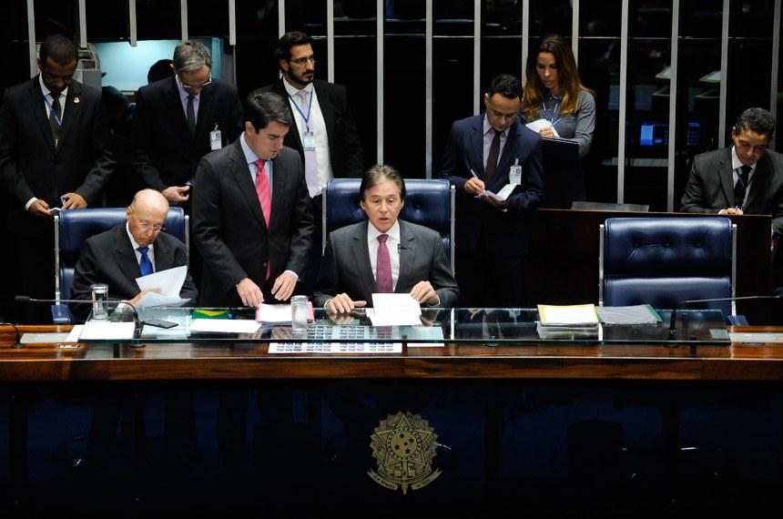 O presidente Eunício Oliveira conduziu a sessão deliberativa extraordinária que votou a indicação