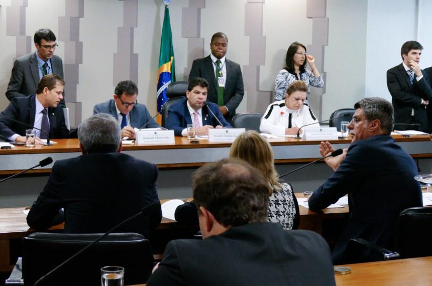 Comissão Mista da Medida Provisoria (CMMPV) nº 747 de 2016, que dispõe sobre o processo de renovação do prazo das concessões e permissões dos serviços de radiodifusão, realiza reunião para apreciação do relatório.  Mesa: deputado Leonardo Quintão (PMDB-MG); relator da MP 747/2016, deputado Nilson Leitão (PSDB-MT); presidente da MP 747/2016, senador Cidinho Santos (PR-MT);  relatora revisora da MP 747/2016, senadora Lúcia Vânia (PSB-GO).  Foto: Roque de Sá/Agência Senado