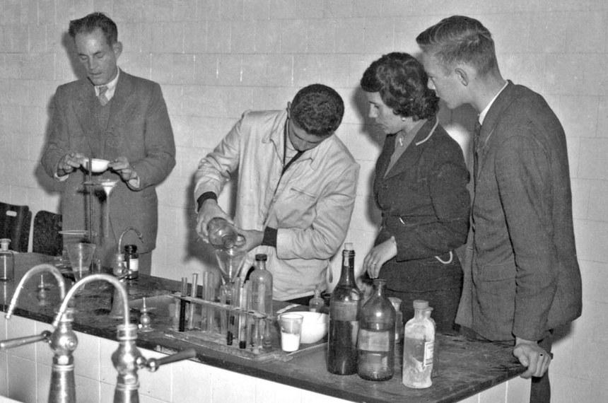 Laboratório de escola estadual em Curitiba, nos anos 1970: cursos profissionalizantes exigiam investimento em infraestrutura
