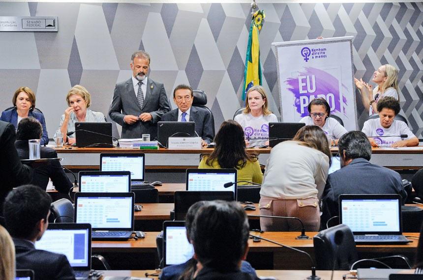 Comissão de Constituição, Justiça e Cidadania (CCJ) realiza reunião deliberativa com 39 itens. Entre eles, a PEC 125/2015, que fixa critérios para escolha do Advogado-Geral da União, e o PLC 109/2011, que obriga a criação de unidade do Procon nos aeroportos brasileiros.   Pauta feminina: a reunião da CCJ deverá votar cinco itens da pauta feminina. O primeiro é o PLS 195/2014, que obriga a remessa de boletim de ocorrência ao juizado no caso do envolvimento de criança como vítima da agressão à mulher.   Mesa:  senadora Ângela Portela (PT-RR);  senadora Marta Suplicy (PMDB-SP);  presidente da CCJ, senador Edison Lobão (PMDB-MA);  senadora Gleisi Hoffmann (PT-PR);  senadora Fátima Bezerra (PT-RN);  senadora Regina Sousa (PT-PI)   Foto: Edilson Rodrigues/Agência Senado