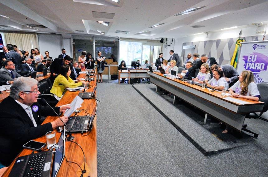 Comissão de Constituição, Justiça e Cidadania (CCJ) realiza reunião deliberativa com 39 itens. Entre eles, a PEC 125/2015, que fixa critérios para escolha do Advogado-Geral da União, e o PLC 109/2011, que obriga a criação de unidade do Procon nos aeroportos brasileiros.   Pauta feminina: a reunião da CCJ deverá votar cinco itens da pauta feminina. O primeiro é o PLS 195/2014, que obriga a remessa de boletim de ocorrência ao juizado no caso do envolvimento de criança como vítima da agressão à mulher.   Mesa:  senadora Ângela Portela (PT-RR);  senadora Marta Suplicy (PMDB-SP);  presidente da CCJ, senador Edison Lobão (PMDB-MA);  senadora Gleisi Hoffmann (PT-PR);  senadora Fátima Bezerra (PT-RN);  senadora Regina Sousa (PT-PI).  Foto: Edilson Rodrigues/Agência Senado