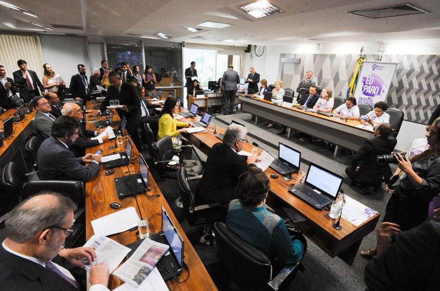 A Comissão de Constituição, Justiça e Cidadania (CCJ) realiza reunião deliberativa com 39 itens. Entre eles, a PEC 125/2015, que fixa critérios para escolha do Advogado-Geral da União, e o PLC 109/2011, que obriga a criação de unidade do Procon nos aeroportos brasileiros.  Mesa (E/D): senadora Ângela Portela (PT-RR); senadora Marta Suplicy (PMDB-SP); presidente da CCJ, senador Edison Lobão (PMDB-MA); senadora Gleisi Hoffmann (PT-PR);  senadora Fátima Bezerra (PT-RN); senadora Regina Sousa (PT-PI).   Foto: Edilson Rodrigues/Agência Senado